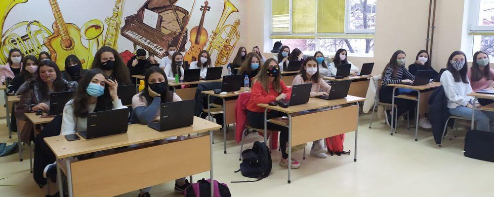 """ПМГ """"Яне Сандански"""" стана едно от първите училища в страната избрани да станат част от проекта на МОН за прилагане модела на обучение """"1:1"""""""